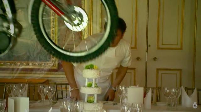 画像: パティシエが一所懸命に仕上げたケーキの運命やいかに・・・? www.youtube.com