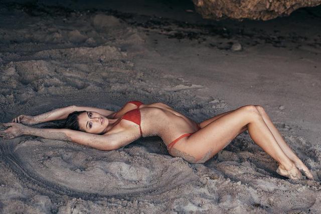 画像1: Gigi ParisさんはInstagramを利用しています:「making sand angels ❄️✨」 www.instagram.com