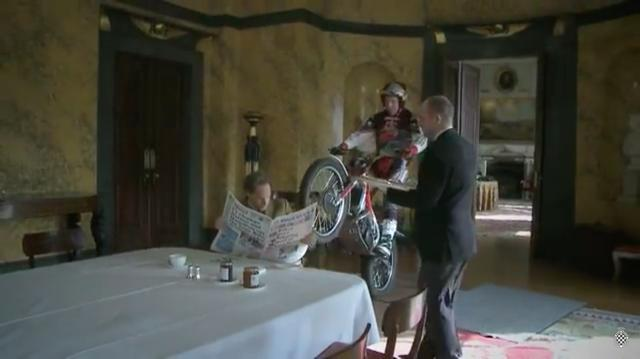 画像: ティータイムを楽しむマーチ卿の座る椅子の背もたれに、ガツーン!!とフロントタイヤを置く暴君ランプキン(笑)。 www.youtube.com