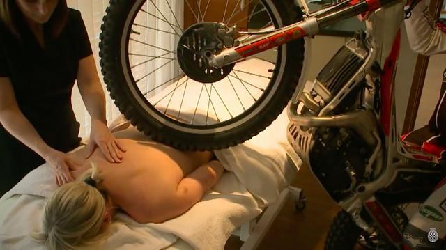 画像: スパでは、フロントタイヤを使ってマッサージをお手伝いいたします・・・(ありがた迷惑?)。 www.youtube.com