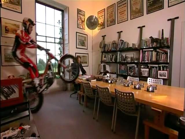 画像: パート1のひとコマ。「もし、ゆっくり読書を楽しんでいるところに、ランプキンがトライアルバイクで乱入してきたら・・・」というドリフ大爆笑の「もしもコーナー」のようなシチュエーションが笑えます。 www.youtube.com