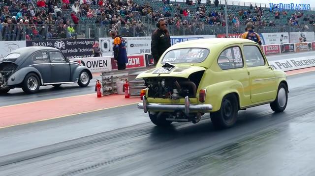 画像: エンジンはVWのフラット4を搭載。横のビートルと比べると、いかにフィアットのホイールベースが短いかがよくわかります。 www.youtube.com