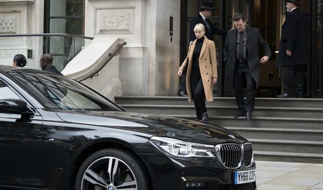 画像: セクシーさをベージュのコートと黒い衣装で隠しても、隠しきれないセクシーさを醸し出すジェニファー・ローレンスが、向かう先には、艶やかに光を反射する黒いBMW7シリーズ。So cool! www.bmw.co.jp