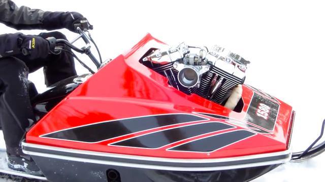 画像: フロント側からニョキっと突き出たVツインエンジン。「1580」は排気量(cc)をあらわしています。 www.youtube.com