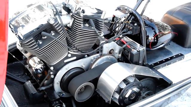 画像: 搭載されるのは、2007年登場の「ツインカム96」Vツインです。排気量は1,584ccで、ベルトドライブでジャックシャフトを駆動し、スノーモビル用クラッチをこれに組み合わせています。燃料タンクがちゃんと「ハーレーしてる」のがオモシロイです。 www.youtube.com
