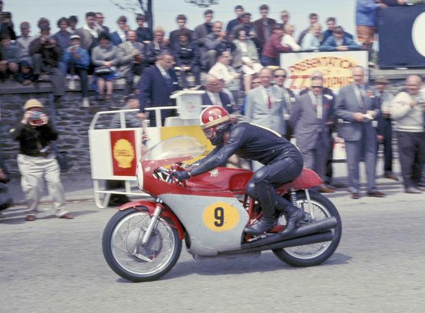 画像: 1967年マン島TTセニア(500cc)クラスでスタートするG.アゴスチーニとMV3気筒。最高出力ではホンダ4気筒に劣っていたMV3気筒ですが、ハンドリングの良さでははるかにホンダに勝り、それを武器にアゴスチーニは戦いました。 www.iomtt.com