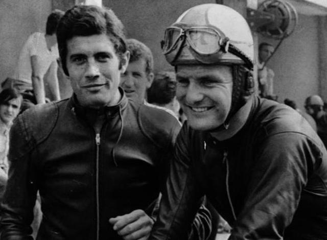 画像: 左がG.アゴスチーニ、右がM.ヘイルウッド。かつてヘイルウッドはMVアグスタのエースとして500ccクラス王者になりましたが、後にチームメイトとして加入したイタリア人のアゴスチーニを優先するMVの方針に次第に嫌気がさすようになります。そして1965年最終戦日本GP(鈴鹿サーキット)350ccクラスの優勝を最後にMVを離脱。同レースの250ccクラスでホンダに乗り優勝し、ホンダ移籍後の初勝利を記録しています。 f1retro.gr