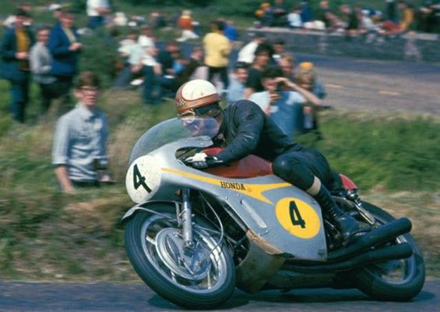 画像: 1967年マン島TTセニア(500cc)クラスを走るM.ヘイルウッドと2RC181。この時ヘイルウッドが記録した平均時速108.77マイル≒174km/hは、8年後の1975年まで破られることのないスーパーラップでした。 www.pinterest.jp