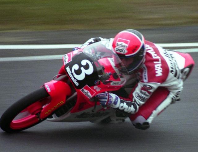 画像: 1992年日本GP(鈴鹿サーキット)125ccクラスで優勝したときのR.ウォルドマン(ホンダ)。 en.wikipedia.org