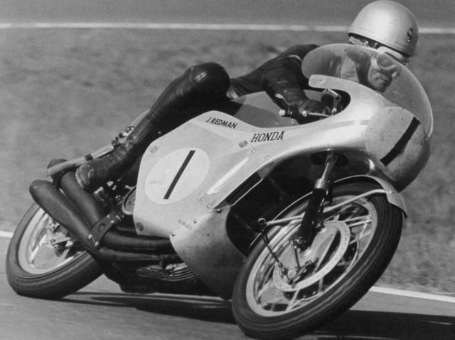 画像: 1966年型ホンダRC181を駆るJ.レッドマン。同年の350ccクラスを走った350cc4気筒車(RC173)と上部エンジンハンガー以外はほぼ同じ車体に、84馬力を誇る空冷4ストローク4気筒DOHC4バルブエンジンを搭載していました。 motovue.net