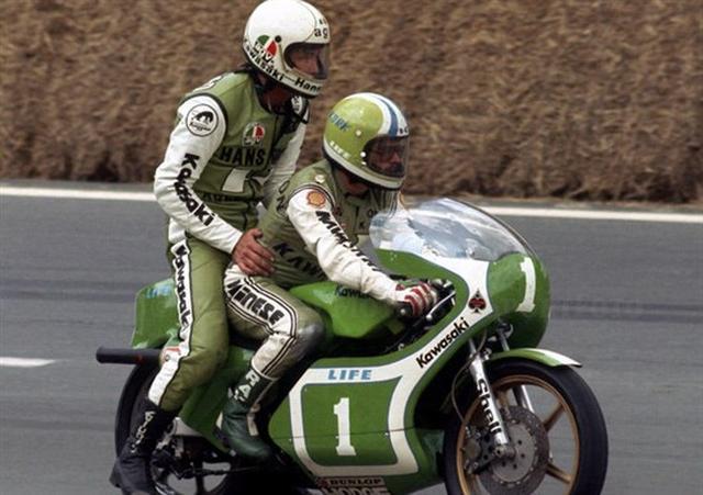"""画像: KR250の車上のコーク・バリントンとグレッグ・ハンスフォード・・・。これがホントの""""タンデムツイン"""" ←スミマセン、反省しています・・・。 www.moto.it"""