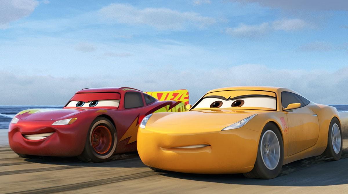 画像: ベテランとなった人気レーサー ライトニング・マックィーン(左)と、彼に憧れレースを志したものの、トレーナーとなったクルーズ・ラミレス(右・女性) www.disney.co.jp