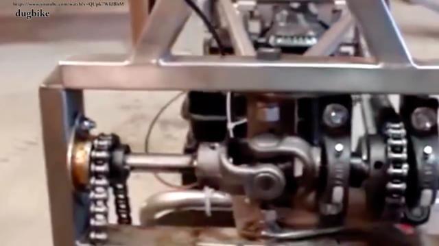 画像: 最初ローコンかと思いましたが、これも自作2WD車ですね・・・。ジョイントとチェーンの組み合わせで前輪を駆動しています。 www.youtube.com