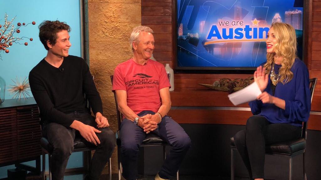 画像: CBSの番組、「ウィー・アー・オースティン」に出演するK.シュワンツ(中央)とJ.ロバーツ(左)。 www.timejust.es