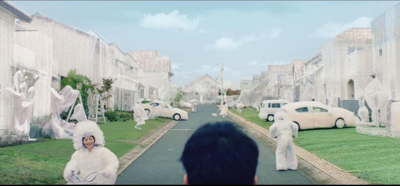 画像: 事故らないために、人もクルマも家もプチプチで覆われている街・・・・って、いや待って、表現の角度スゴすぎでしょ youtu.be