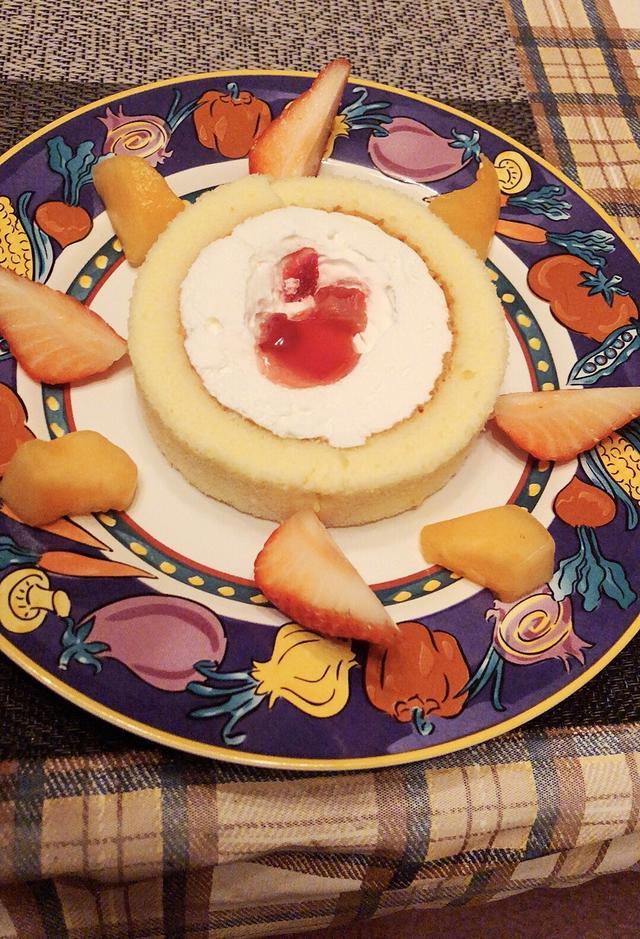 画像: デザートは米粉と豆乳のいちごのロールケーキ(犬用)にフルーツを盛りつけてみました。