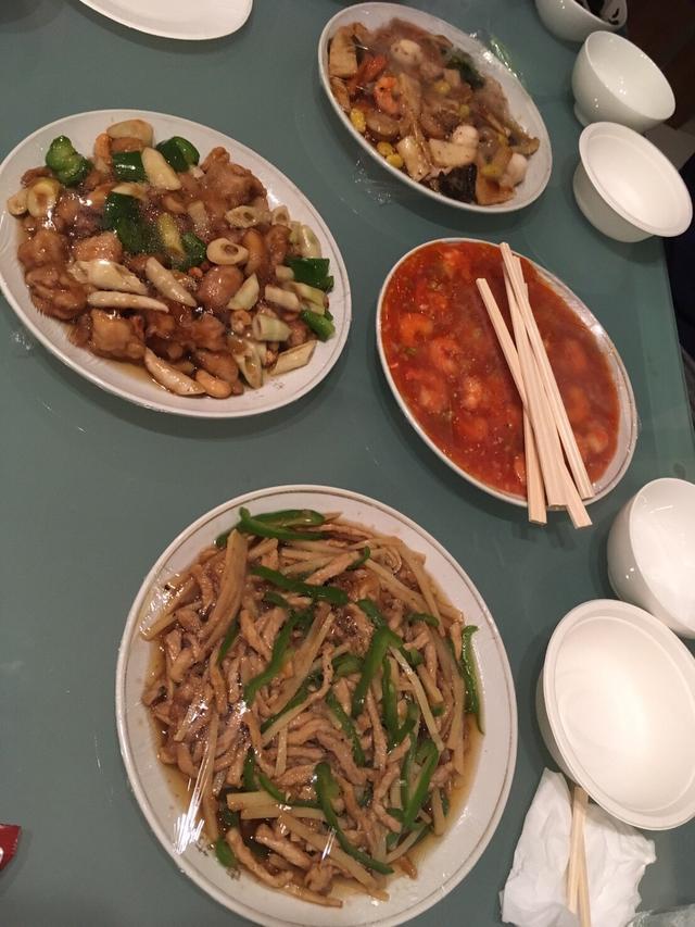 画像: 出前で頼んだ中華。近くの中華屋さんから届くので味は本格的!