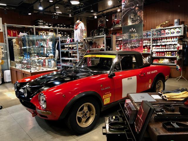 画像: 1970年代のアバルト124スパイダー。個人所有の車で、店舗まで実走で運んだとのこと。