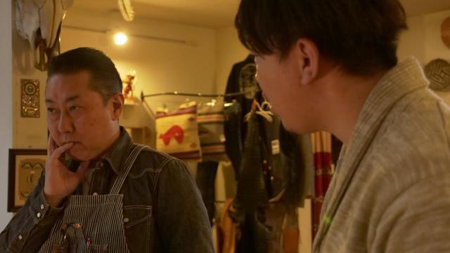 画像: 中村プロデューサー(右)と打ち合わせをする萩原氏(左)