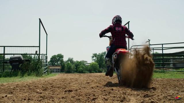 画像: モトクロスでも一流の腕前を見せるマルケス・・・果たして勝負の行方は? www.youtube.com