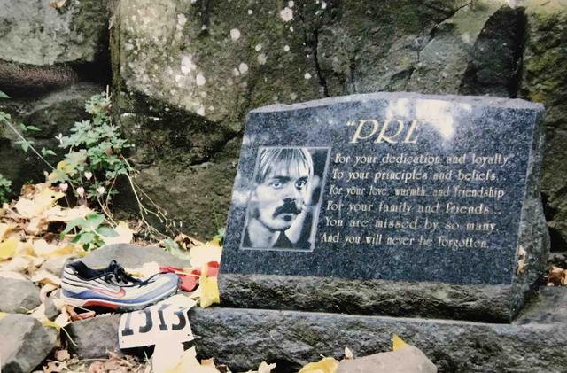 画像: プリズ・ロックには、多くのランナーが思い思いのモノをお供えし、彼を偲んでいました。