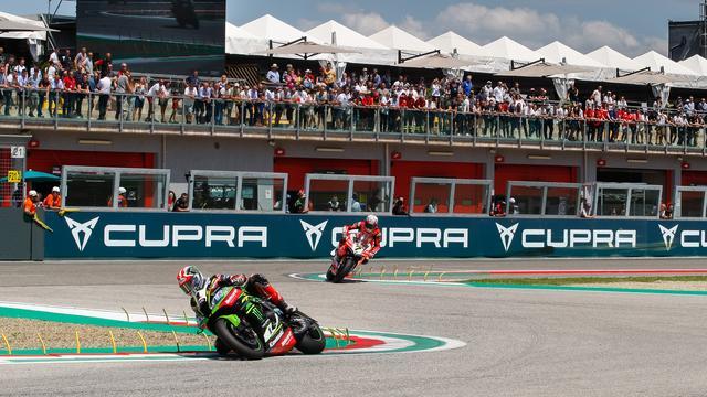 画像: レース2のJ.レイ(カワサキ)とC.デイビス(ドゥカティ)のバトル! www.worldsbk.com