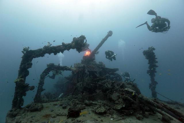 画像: 駆逐艦『追風』主砲とダイバーーチューク(トラック諸島)