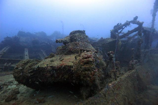 画像: 桑港丸の甲板上の九五式軽戦車ーチューク(トラック諸島)