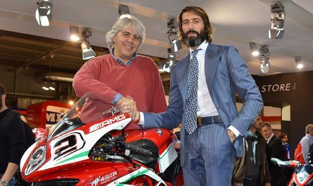 """画像: ガッチリと握手する、フォワード・レーシングのジョバンニ・クザリ(左)とMVアグスタのジョバンニ・カスティリオーニ。ふたりの""""ジョバンニ""""の協力体制が、2019年のMoto2をアツくする? www.prealpina.it"""