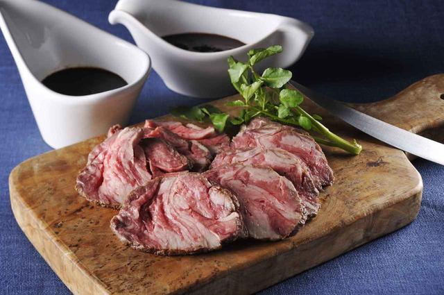 画像: 「ノワ・ド・ココ 国産牛ローストビーフ」¥3500(税別。 送料込) 国産牛ローストビーフ(200g)、 特製ローストビーフソース2種(熟成ソース60g、 玉葱わさびソース50g)【冷凍】