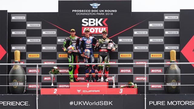 画像: レース2の表彰台。中央が優勝のマイケル・ファン・デル・マーク(ヤマハ)。3位のJ.レイ(カワサキ)は終盤にトルコのトプラック・ラズガトリオグル(カワサキ)に抜かれ、2位を譲ってしまいました。ラズガトリオグルにとっては、これが嬉しいSBK初表彰台となりました。 www.worldsbk.com