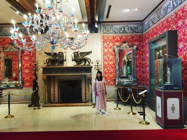 画像: 入ってすぐのシャンデリアや鏡の装飾も全てガラス!素晴らしい〜!