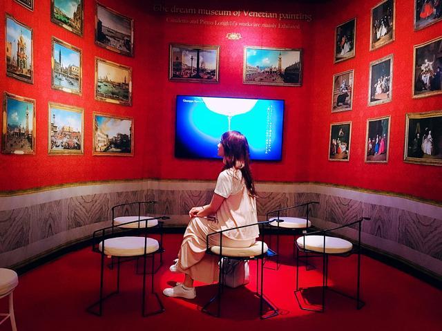 画像: ヴェネチアン・グラスの説明映像が流れてます。