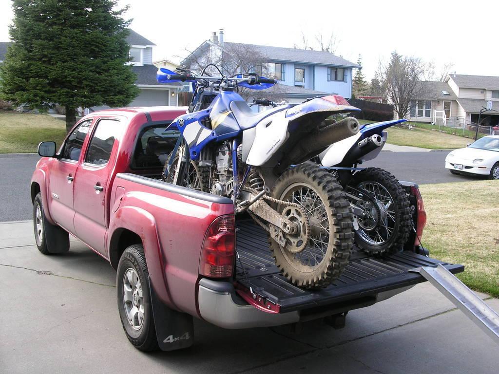 画像: ピックアップトラックにモトクロスバイク・・・アメリカなカンジで良いですよね・・・。 www.tacomaworld.com