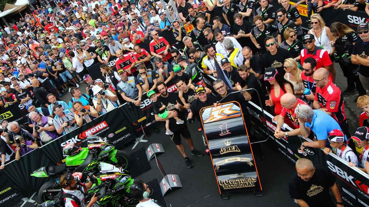画像: チーククルーたちと単独SBK最多勝60勝を祝う、J.レイ(カワサキ)。今後この記録は、どこまで伸びることになるのでしょうか・・・? www.worldsbk.com