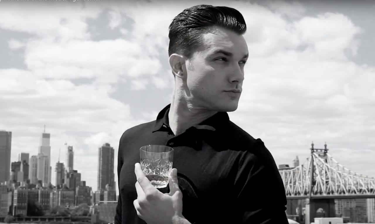 画像: JS Sloane PVより。セクシーな上にウイスキーですか。刺激。 youtu.be