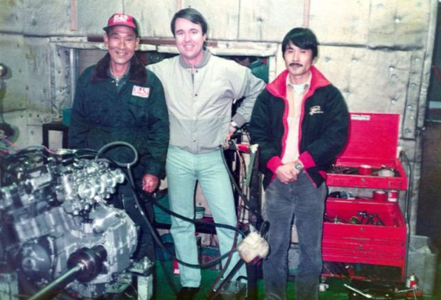 画像: POPヨシムラこと、吉村秀雄(左)とスティーブ・マクラフリン(中央)。右は現ヨシムラ代表の吉村不二雄。いずれも黎明期のAMAスーパーバイクを支えた大功労者たちです。 www.motorcyclemuseum.org