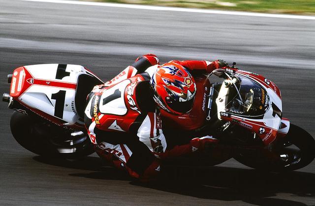 """画像: 世界選手権ではバリー・シーン以来の英国人王者となったカール・フォガティの活躍のおかげで、英国では最高峰の世界ロードレースGPよりもSBK人気が高まる""""逆転現象""""も起こりました。 images.fineartamerica.com"""