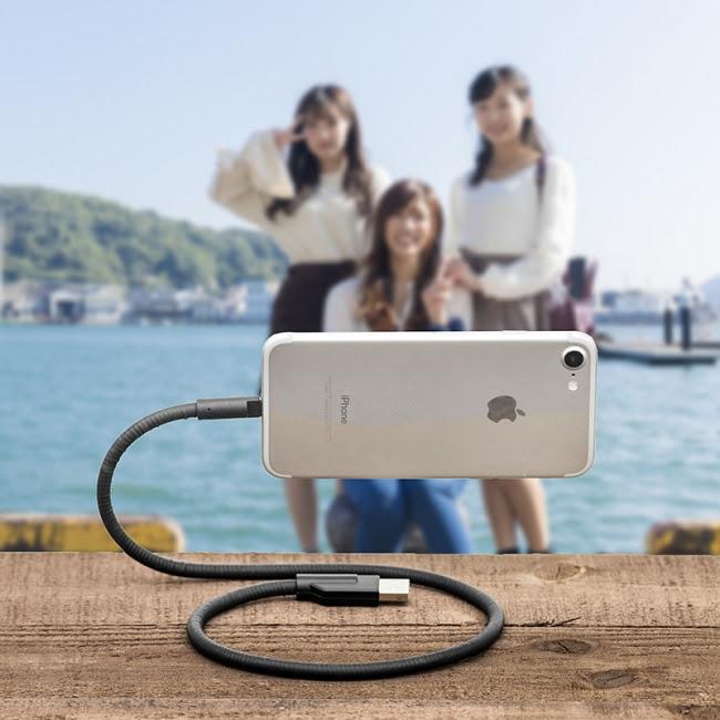 画像: リアル便利。充電+スタンドにも!くねくねライトニングケーブル登場