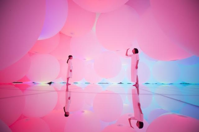 画像: (新作)有機的に動き続ける、 無数の浮遊する光の球体に埋め尽くされた「変容する空間、 広がる立体的存在 - 自由浮遊、 3色と新しい9色」