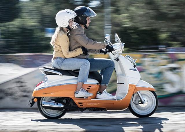 画像: 二人乗りの密着度もいい感じ。125ccにしては大柄なジャンゴ peugeotscooters.jp
