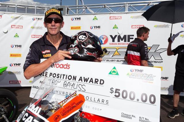 画像: ポールポジション賞の巨大小切手を手に、笑顔のT.ベイリス。そんなに高額ではないんだな・・・というトコロに個人的には目が行きました(苦笑)。 www.asbk.com.au