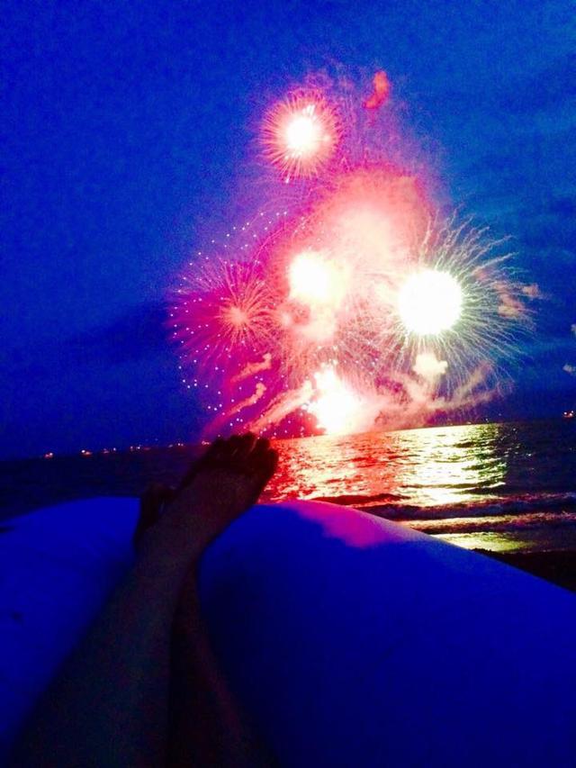 画像: 海面にうつる花火がロマンチック♡