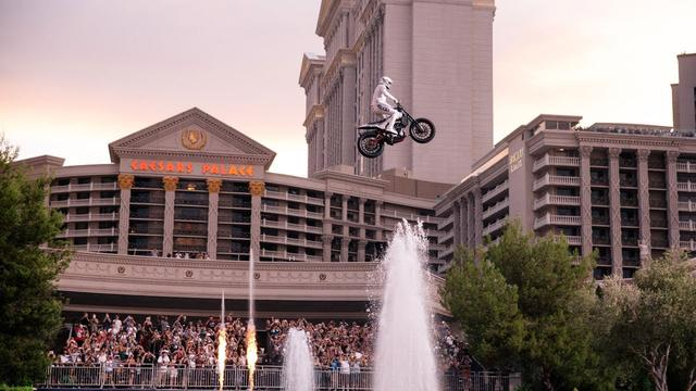 画像: Travis Pastrana Honors Evel Knievel: Caesars Fountain Jump youtu.be