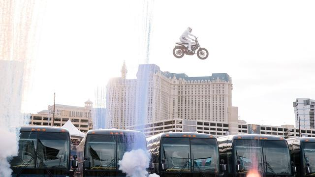 画像: Travis Pastrana Jumps 16 Greyhound Buses: EVEL LIVE youtu.be