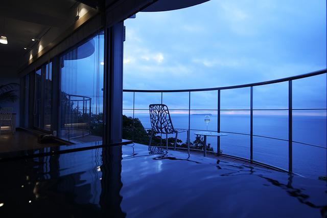 画像: 陽が落ちる太平洋を眺めながらシャンパンでのんびり。