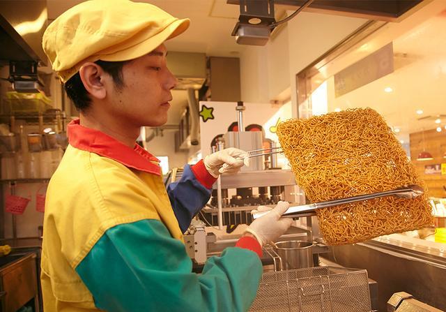 画像: 【おやつfactoryベビースターランド】 出来たてのベビースターが食べられ、20種類以上のドリンクやスイーツも充実 hakurankan.jp