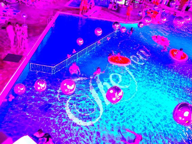 画像: プールサイドやプールの上にはたくさんのバルーンが。2メートルくらいある、巨大ヒヨコのプールフロートも泳いでました(!)