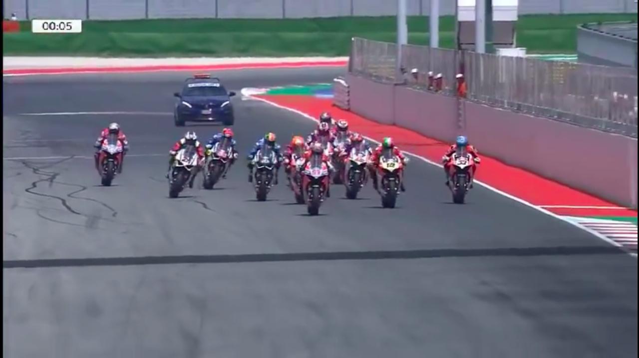 画像: 今、ドゥカティに乗りそれぞれのカテゴリーでチャンピオンを目指すライダーたちが、一堂に会しパニガーレV4Sで速さを争う・・・これはドキドキしますね! なお基本的に、それぞれのライダーが参加しているカテゴリーのドゥカティの、カラーリングやグラフィックになっているのが面白いです。 www.youtube.com