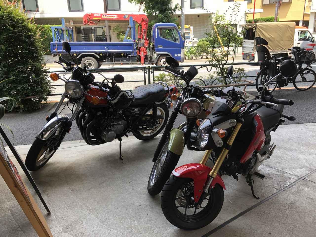 画像: バイク停めてOKと言われたのですが、ロレンスチームはちょっと遠慮気味で、端っこの方に3台並べました(笑)